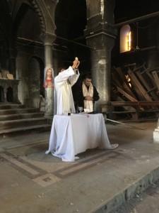 caracosh-messe-dans-la-cathedrale-profanee-et-incendiee