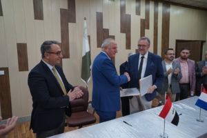 Signature entre le président de l'université de Mossoul et Etienne Blanc de la région